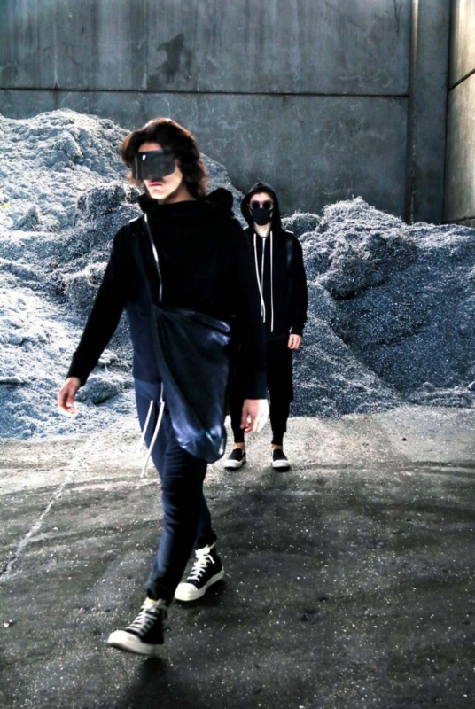 Barbati imbracati in trening UNIC AMC si cu masca pe fata